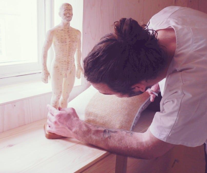 Jip en zijn reverentie pop voor acupunctuur